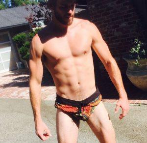 foto de Liam Hemsworth en traje de baño