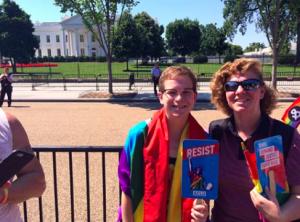 padres apoyando a sus hijos gay