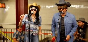 Miley Cyrus sorprende cantando en el metro