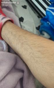 BellaThornepublica foto de sus piernas sin depilar