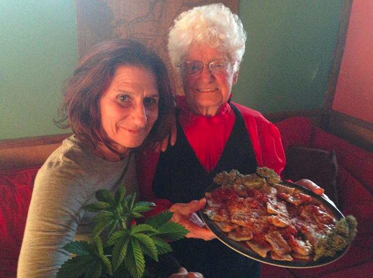 abuela que cocina con marihuana