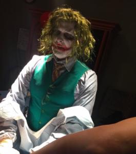 doctor atendió un parto disfrazado del Joker