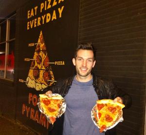 chico viaja por el mundo comiendo pizza