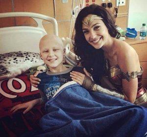 Wonder Woman visitó a niños enfermos