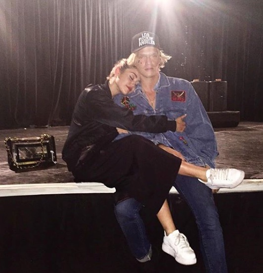 Miley Cyrus besó a Cody Simpson